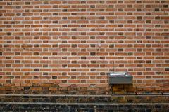 Pared de ladrillo vieja con la fuente de agua Fotografía de archivo