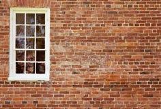 Pared de ladrillo vieja con la ventana Imagen de archivo libre de regalías