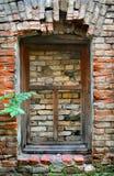 Pared de ladrillo vieja con la ventana Fotos de archivo
