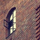 Pared de ladrillo vieja con la ventana foto de archivo