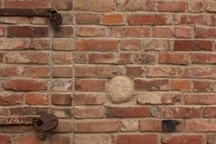 Pared de ladrillo vieja con las cerraduras oxidadas imagen de archivo