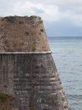 Pared de ladrillo vieja del castillo de la esquina del fuerte Foto de archivo