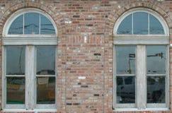 Pared de ladrillo vieja de las ventanas de cristal Fotos de archivo libres de regalías