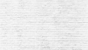 Pared de ladrillo vieja pintada blanca fotos de archivo