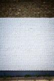 Pared de ladrillo vieja pintada blanca Foto de archivo libre de regalías