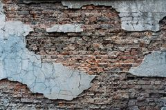 Pared de ladrillo vieja que cae aparte fondo Imagen de archivo