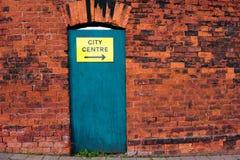 Pared de ladrillo vieja y una puerta verde en Inglaterra Fotos de archivo libres de regalías