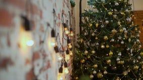 Pared de ladrillo y árbol de navidad almacen de metraje de vídeo