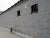 PARED DE LADRILLO y bicicleta Imagenes de archivo