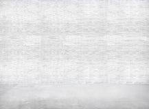 Pared de ladrillo y Gray Cement Floor blancos para el espacio de la copia Foto de archivo