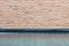 Pared de ladrillo y piscina Fotografía de archivo libre de regalías