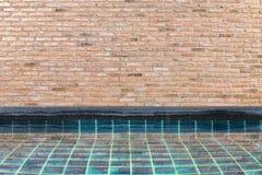Pared de ladrillo y piscina Fotos de archivo