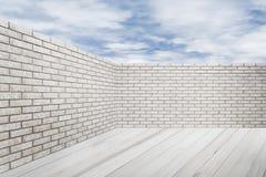 Pared de ladrillo y piso de madera con el cielo azul Fotografía de archivo
