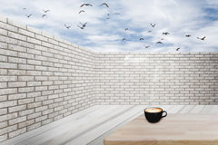 Pared de ladrillo y piso de madera con el cielo azul y las nubes Imagen de archivo libre de regalías