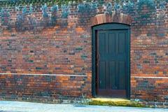 Pared de ladrillo y puerta imagen de archivo libre de regalías