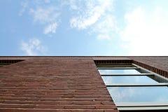 Pared de ladrillo y ventana rojas en cielo Foto de archivo libre de regalías
