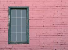 Pared de ladrillo y ventana rosadas Imágenes de archivo libres de regalías