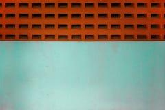 Pared de ladrillos antigua roja y pared azul fotos de archivo libres de regalías