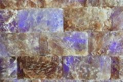 Pared de ladrillos de la sal en una sauna imagen de archivo libre de regalías