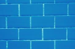 Pared de ladrillos en el color azul vibrante, cerrado para arriba para el fondo Imágenes de archivo libres de regalías