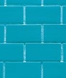 Pared de ladrillos en el color vibrante de los azules claros, cerrado para arriba para el fondo, modelo Foto de archivo