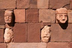 Pared de las caras de piedra de Tiahuanaco imágenes de archivo libres de regalías