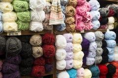 Pared de las madejas que hacen punto del algodón en Irlanda Imagenes de archivo