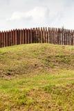 Pared de las participaciones de madera en el terraplén Fotografía de archivo libre de regalías