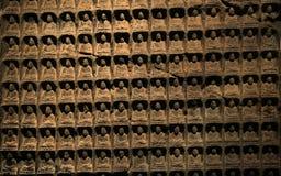Pared de las pequeñas imágenes antiguas de Buddha Fotos de archivo libres de regalías