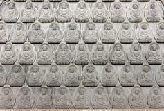 Pared de las pequeñas imágenes antiguas de Buddha Imagen de archivo libre de regalías