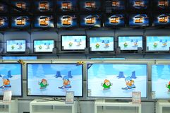 Pared de televisiones en la tienda Imágenes de archivo libres de regalías
