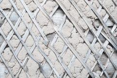 Pared de madera anticuada que desmenuza con el aislamiento hecho de la arcilla foto de archivo