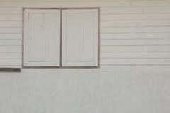 Pared de madera blanca con la ventana Imagen de archivo libre de regalías