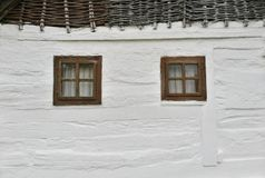 Pared de madera blanca con las ventanas fotos de archivo libres de regalías