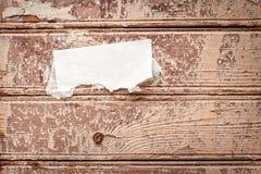 Pared de madera con el aviso de papel Fotos de archivo libres de regalías