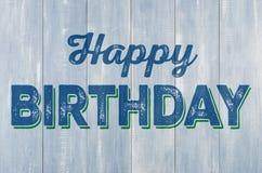 Pared de madera con el feliz cumpleaños de la inscripción imagen de archivo libre de regalías