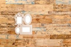 Pared de madera con el marco de la foto imagenes de archivo