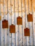 Pared de madera con la placa de metal Imágenes de archivo libres de regalías