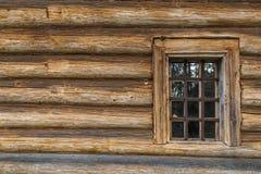 Pared de madera con la ventana Imagenes de archivo