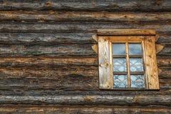 Pared de madera con la ventana Fotos de archivo