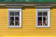 Pared de madera con las ventanas Imágenes de archivo libres de regalías