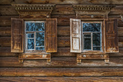 Pared de madera con las ventanas Fotos de archivo