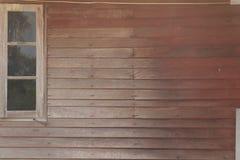Pared de madera de Brown con la ventana Imagen de archivo libre de regalías