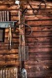 Pared de madera de la cabaña con las herramientas Fotografía de archivo