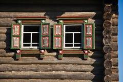 Casa de madera vieja con los obturadores Imagenes de archivo