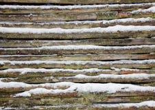 Pared de madera de la cerca del polo Nevado en invierno Imágenes de archivo libres de regalías