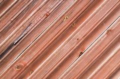 Pared de madera del tablón pintada roja imagenes de archivo