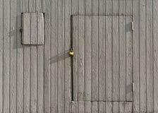 Pared de madera del vintage con una puerta fotos de archivo