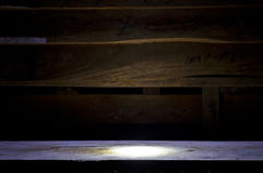 Pared de madera en fondo oscuro Imágenes de archivo libres de regalías