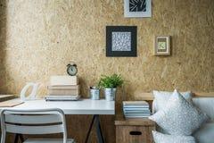 Pared de madera en sitio diseñado foto de archivo libre de regalías